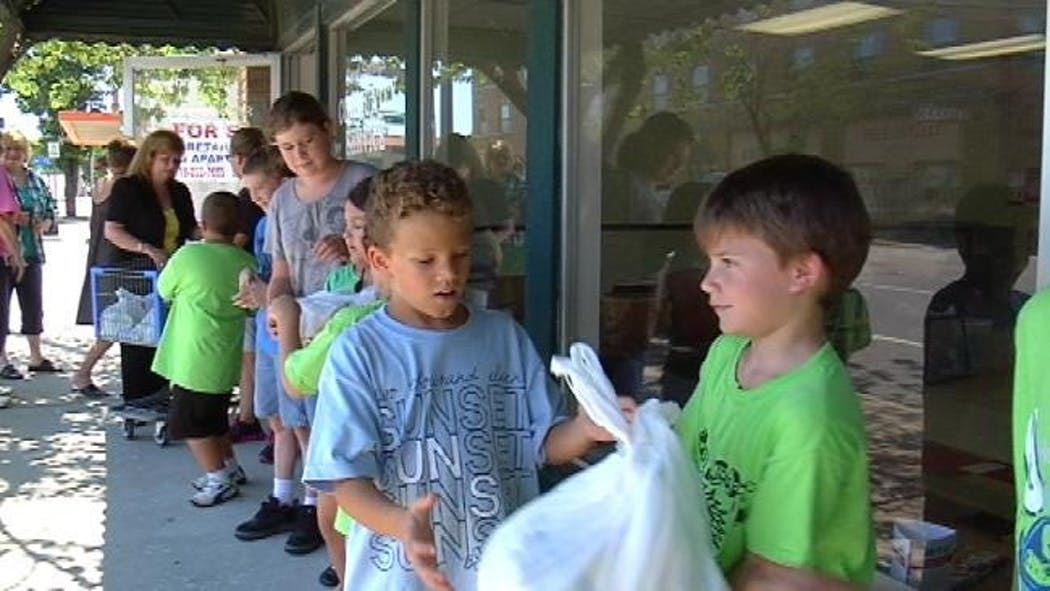 Sand Springs Students Form Human Chain Of Giving